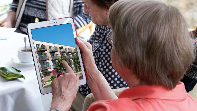 Seniorin bedient Smart Home Hauszentrale am Tablet